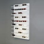 Espositore da parete in opalino metacrilato bianco con 9 ripiani trasparenti